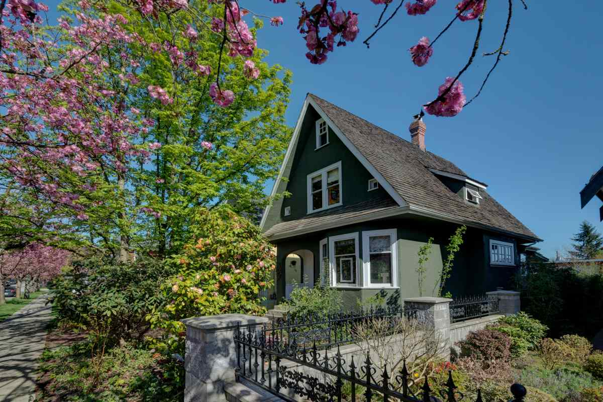 214 ST. PATRICK Queens Park, New Westminster (R2254175)