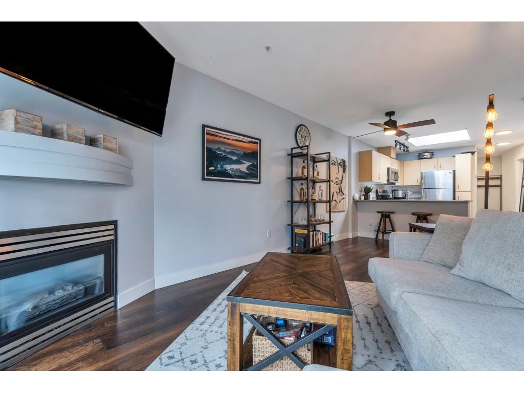 Listing image of 325 332 LONSDALE AVENUE